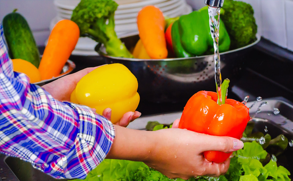 WONDERING HOW TO CLEAN FRUITS AND VEGETABLES PROPERLY